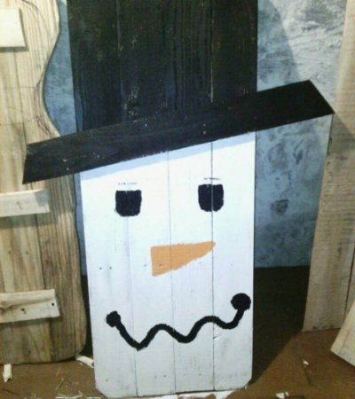 Recycled pallet snow man art